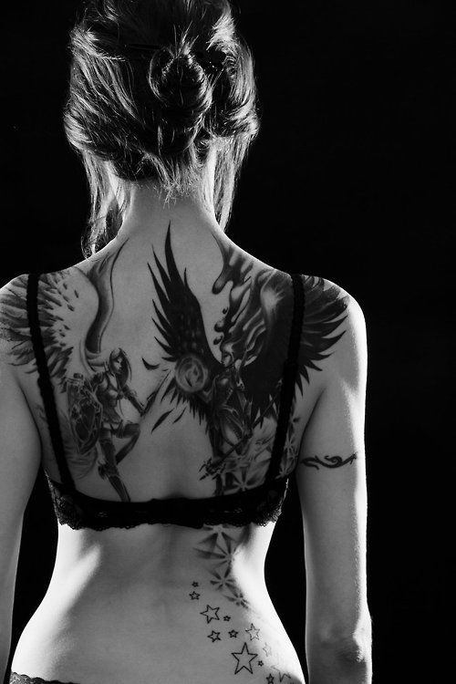 exemple-tatouage-phoenix-femme-dos-avec-etoiles